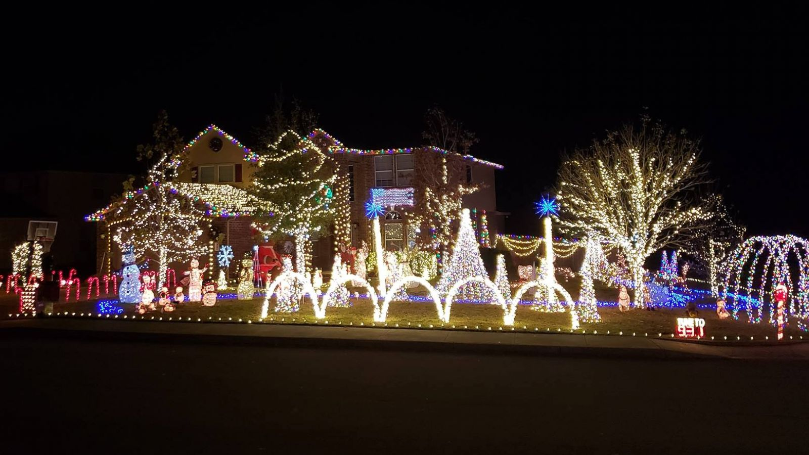 This family\'s \'Baby Shark\' Christmas light display will make you say ...