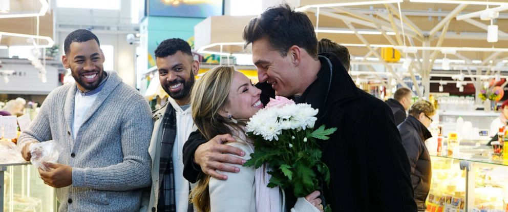 """PHOTO: Hannah brown appears with show contestants on an episode of """"The Bachelorette,"""" June, 24, 2019."""