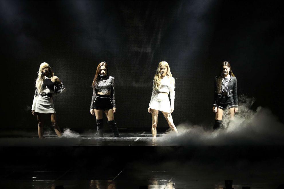 PHOTO: le groupe féminin BlackPink se produit sur scène lors des 8e Gaon Chart K-Pop Awards, le 23 janvier 2019, à Séoul.
