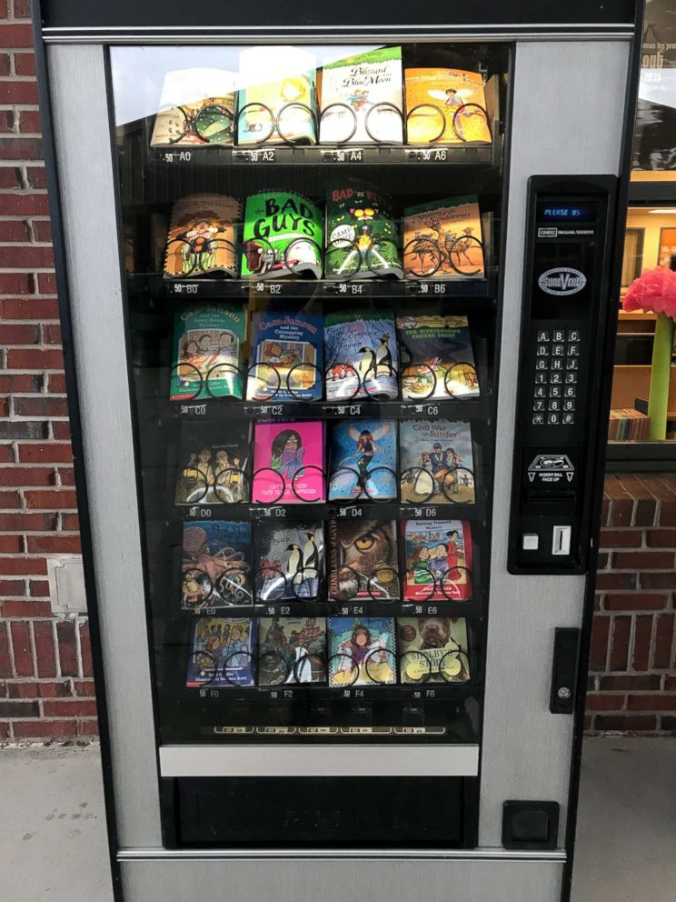 PHOTO: Umatilla Elementary in Umatilla, Florida, is offering reading material, rather than sweets, to students who frequent the vending machine.