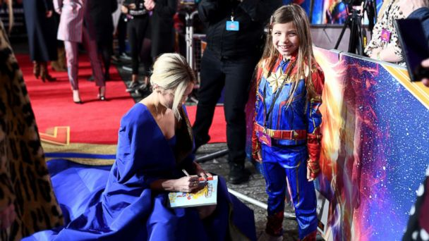 besser Schatz als seltenes Gut Gutscheincode Brie Larson signs a little girl's comic book and stuns in ...