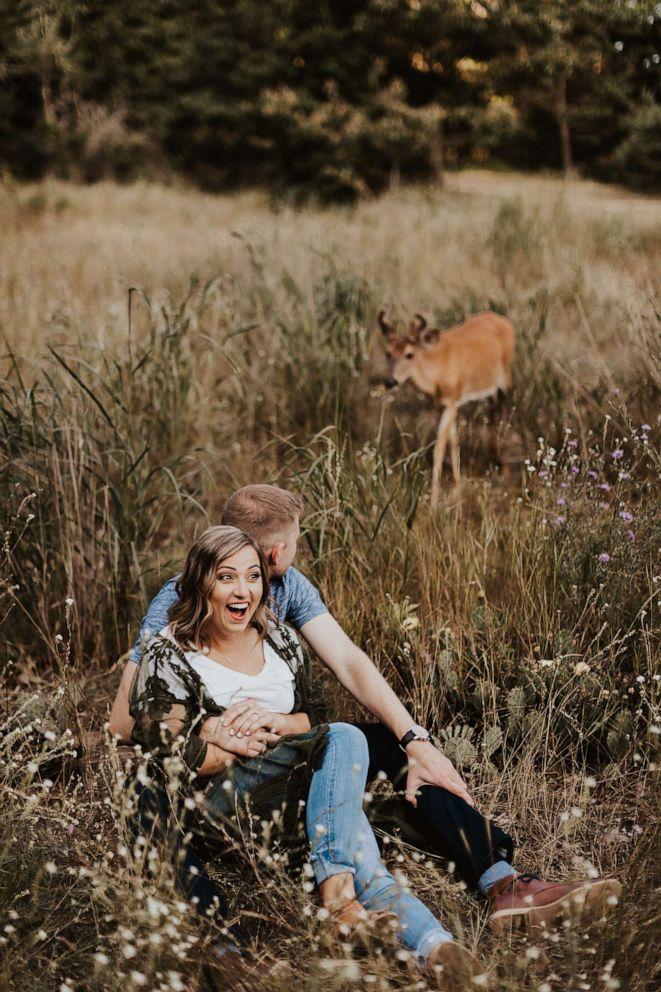 Fotografer Eldina Kovacevic mengatakan rusa itu bertahan selama sekitar 10 menit.