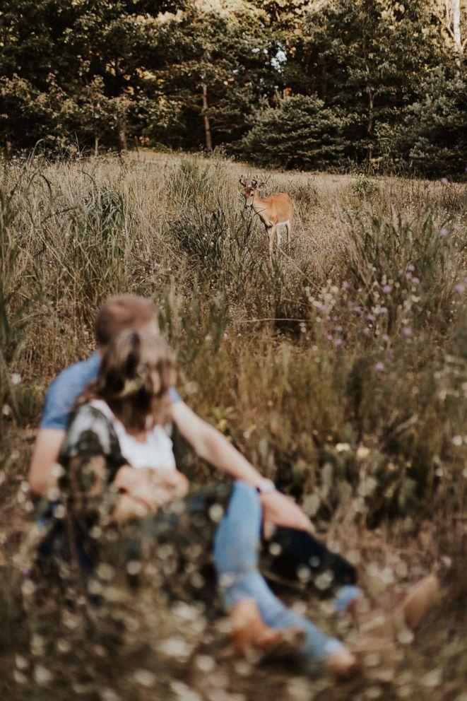 Pasangan itu melihat rusa berkeliaran di pemotretan mereka.