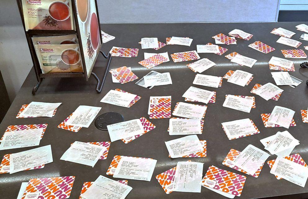Dư tiền làm chuyện lạ Dunkin-donuts-cards-ht-jt-210325_1616700955613_hpEmbed_17x11_992