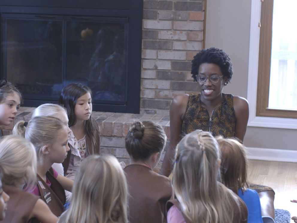 PHOTO: Democratic congressional candidate Lauren Underwood meets with girl scouts in Naperville Illinois.