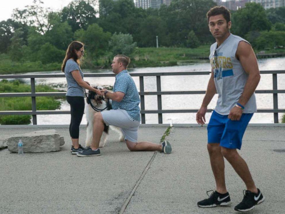 PHOTO: jogger photo bomb proposal