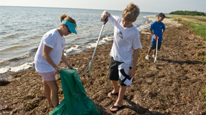 PHOTO Volunteers clean up a St. Petersburg, Fla. beach for the annual International Coastal Cleanup Day.