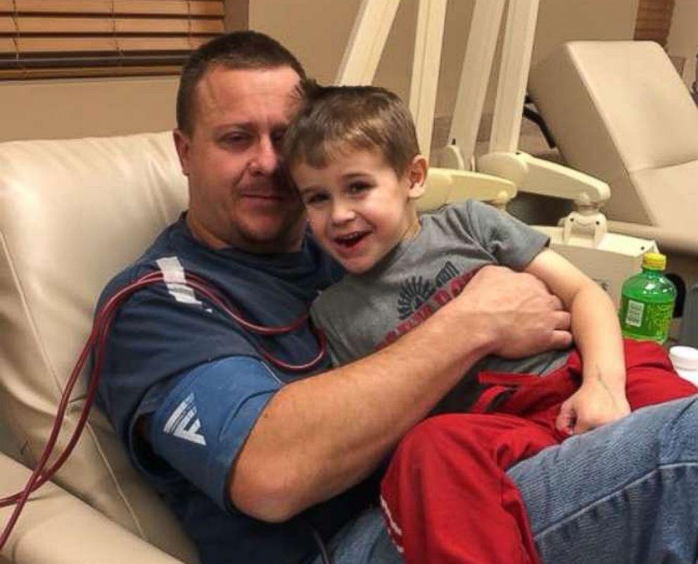 PHOTO: Ryan Armistead, 33, is photographed with his son, Gregory Armistead, 5, in a Missouri hospital.