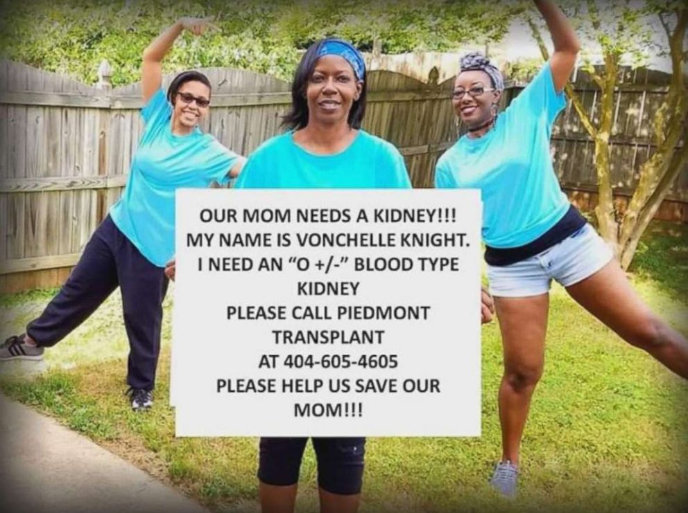 PHOTO: Vonchelle Knight, of Georgia, and her two daughters pose for a photo during her search for a kidney donor.
