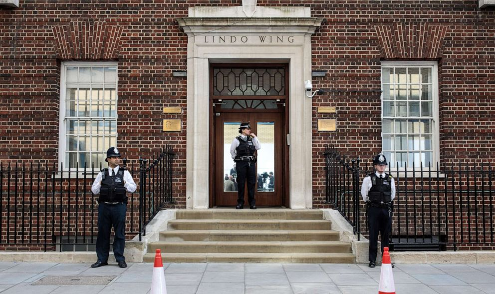 PHOTO: Police officers stand guard outside the Lindo Wing of St Marys Hospital ahead of the birth of the Duke & Duchess of Cambridges third child on April 23, 2018 in London.