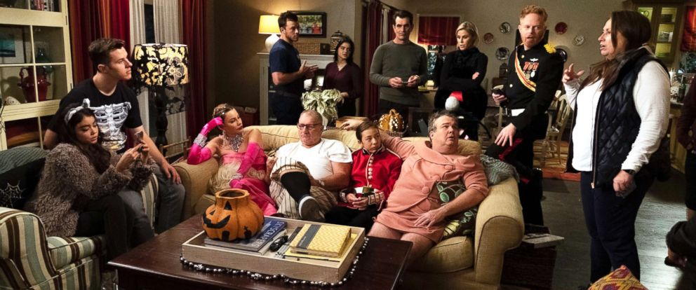 """PHOTO: The cast of """"Modern Family"""" appears on an episode of the show."""