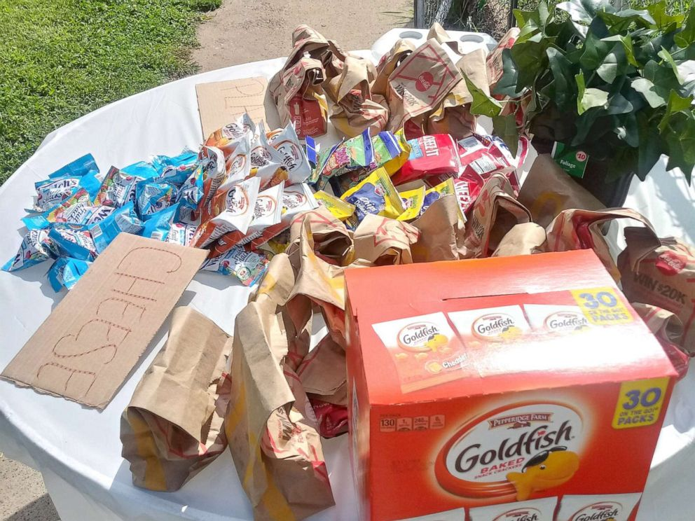 PHOTO: Champale Anderson sets out free food daily for kids in her St. Louis, Missouri, neighborhood.