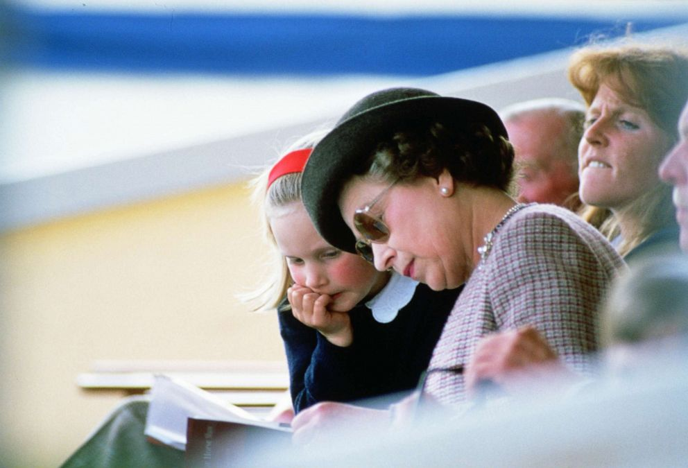 PHOTO: Queen Elizabeth II reading with her granddaugter Zara Phillips at Windsor Horse Show.