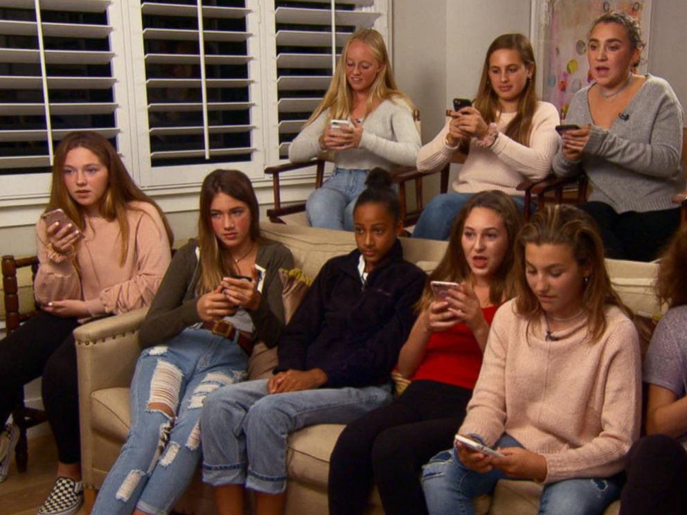PHOTO: A group of teenage girls from Northern California delete social media apps from their phones as part of a social media detox.