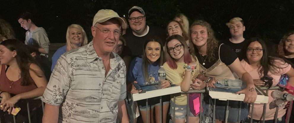 PHOTO: Taylor Swifts dad, Scott, handed out pizzas and posed with fans the night before her concert in Central Park on Thursday, Aug. 22, 2019.