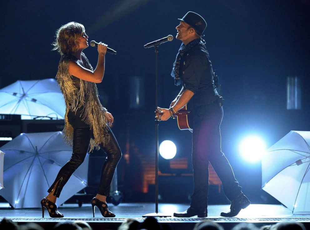 PHOTO: Jennifer Nettles and Kristian Bush of Sugarland perform during the 42nd annual CMA Awards, Nov. 12, 2008, in Nashville.