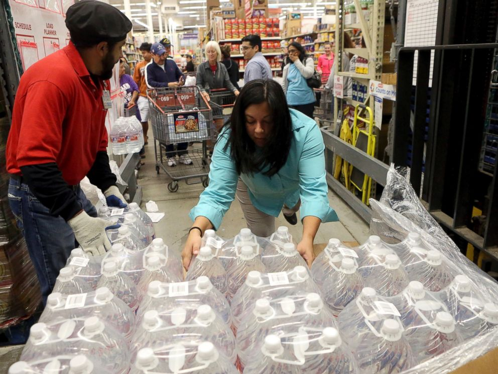 PHOTO: H-E-B employees remove bottles of water from a crate to hand out to customers, Dec. 15, 2016, in Corpus Christi, Texas.