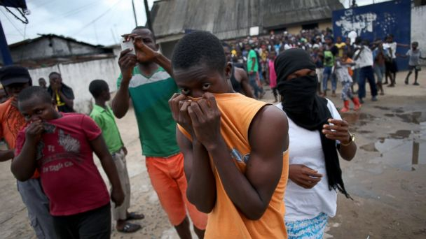 PHOTO: A mob overruns an Ebola isolation center in the West Point slum on August 16, 2014 in Monrovia, Liberia.