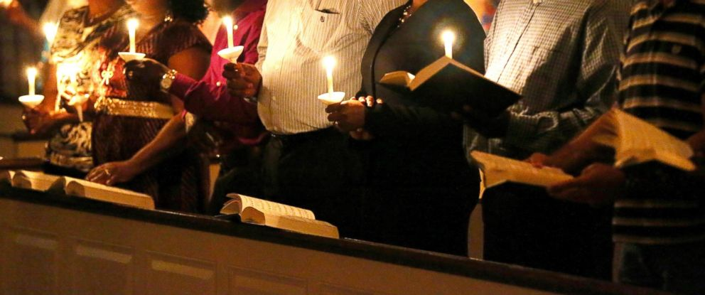 PHOTO: People hold candles during a prayer vigil and memorial at Wilshire Baptist Church for Thomas Eric Duncan on Oct. 8, 2014 in Dallas, Texas.