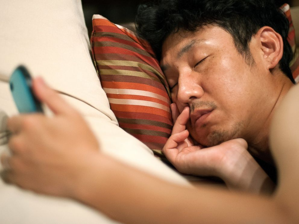 4 Reasons Not to Sleep with your Phone in the Bed