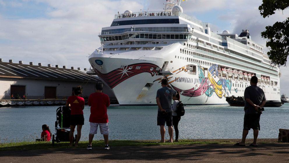 Unruhigen Kreuzfahrt Schiff mit 2.000 Passagieren liegt in Honolulu