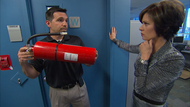 """PHOTO: Law-enforcement veteran and security expert John Bruner shows """"20/20"""" anchor Elizabeth Vargas how a fire extinguisher can be a weapon against an active shooter."""
