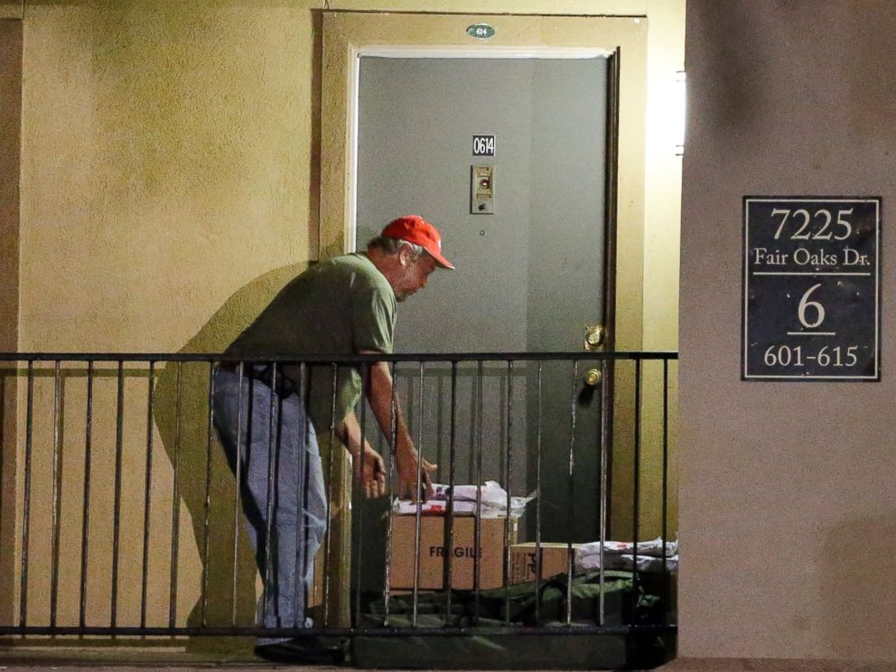 PHOTO: Red Cross representatives drop off blankets and supplies in front of a unit at The Ivy Apartments, on Oct. 2, 2014, in Dallas.