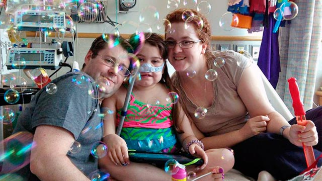 PHOTO: Sarah Murnaghan, center, celebrates the 100th day of her stay in Childrens Hospital of Philadelphia with her father, Fran, left, and mother, Janet, in this May 30, 2013 photo.