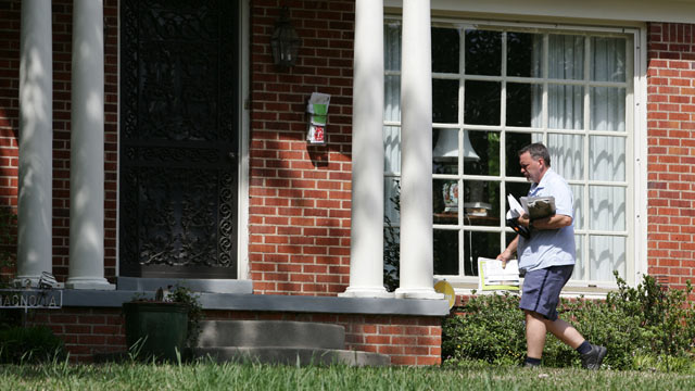 PHOTO: A U.S. Postal Service worker delivers mail to the front door of Sen. Roger Wickers home in Tupelo, Miss., April 17, 2013, to deliver his mail. The FBI says the substance in letters sent to the Senators home and separately to President Baraack Oba