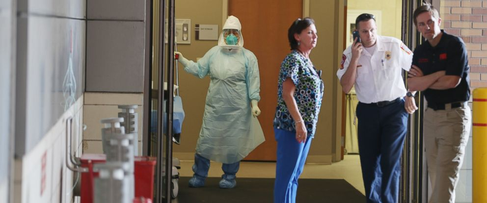 PHOTO: Health care workers wait for the arrival of a possible Ebola patient at the Texas Health Presbyterian Hospital on Oct. 8, 2014 in Dallas, Texas.