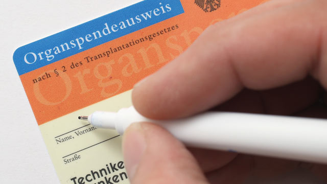 PHOTO: An organ donors card (Organspendeausweis) is seen, November 13, 2012 in Berlin, Germany.