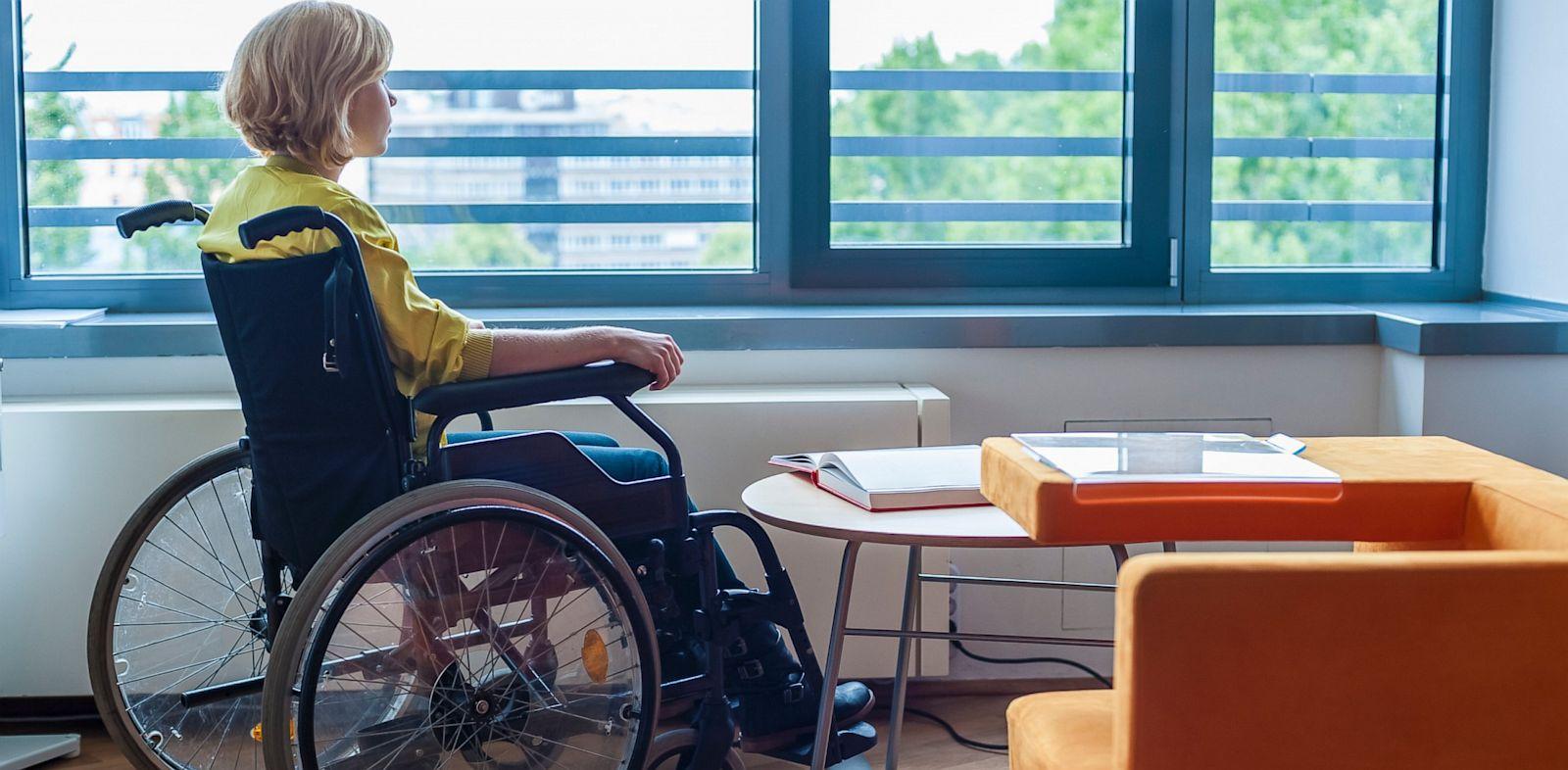 PHOTO: Teen in wheelchair