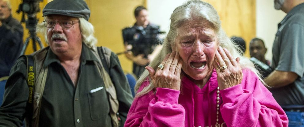 PHOTO: Flint resident Gladyes Williamson cries at a press conference announcing a possible class action lawsuit against city and state government officials for providing the city lead-tainted water, Nov. 16, 2015 in Flint, Mich.