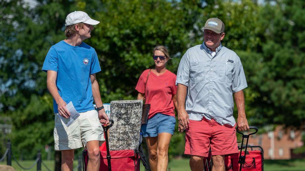 ẢNH: Baylor Garland, bên trái, đến để chuyển đến vào năm thứ nhất, với sự hỗ trợ của cha Alan, bên phải và mẹ, Teena, sau khi họ đi từ Eaton, Ga., Tại khuôn viên Đại học Alabama vào ngày 15 tháng 8 năm 2020, ở Tuscaloosa, Ala.