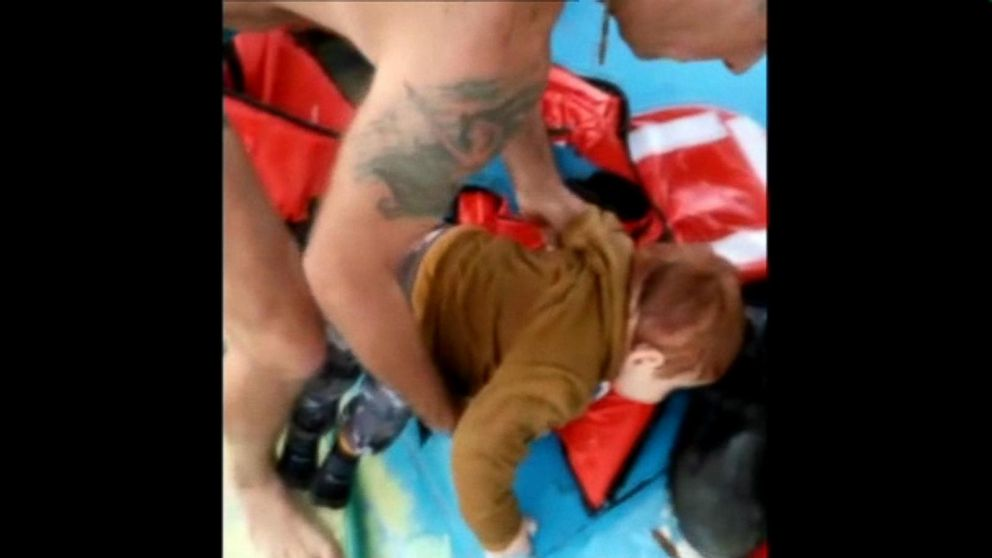 Turkish Fishermen Save Syrian Baby and 15 Other Refugees From Aegean Sea After Boat Sinks