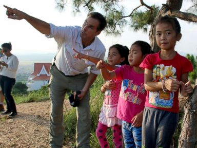 PHOTO: ABCs Bob Woodruff talks with children in Laos.