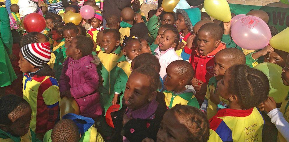 """PHOTO: Children sing """"Happy Birthday"""" to Nelson Mandela"""