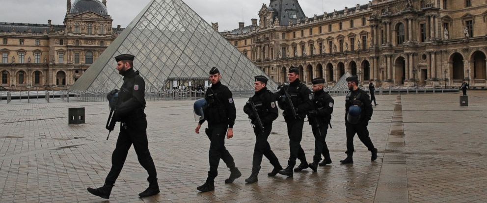 PHOTO: Armed police officers patrol in the courtyard of the Louvre museum near where a soldier opened fire after he was attacked in Paris, Feb. 3, 2017.