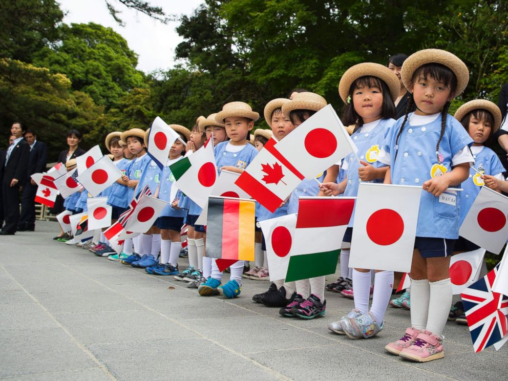 PHOTO: A group of school children wait for the G-7 leaders to arrive for their tour of the Ise Jingu shrine in Ise, Japan, May 26, 2016.
