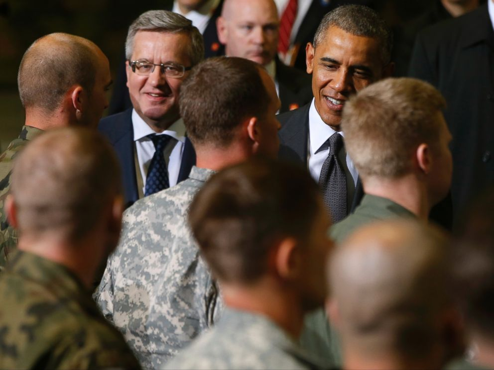 PHOTO: U.S. President Barack Obama and Polands President Bronislaw Komorowski meet U.S. and Polish troops in Warsaw, Poland, June 3, 2014.