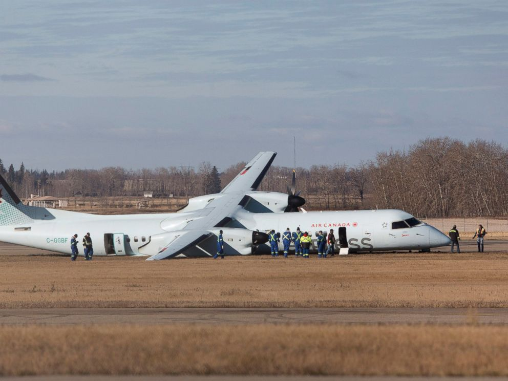 PHOTO: Investigators look over the scene of an Air Canada passenger plane after it had rough landing in Edmonton, Alberta on Friday, Nov. 7, 2014.