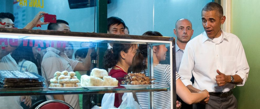 PHOTO: President Barack Obama greets women at the door as he walks from the Bun cha Huong Lien restaurant after having dinner with American Chef Anthony Bourdain in Hanoi, Vietnam, May 23, 2016.
