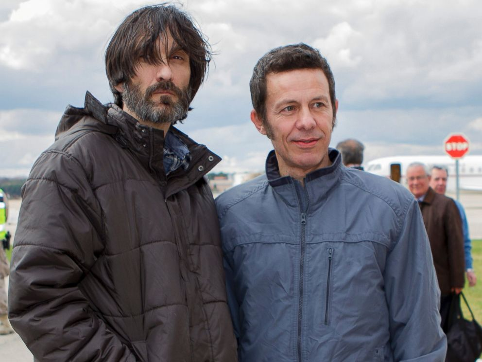 PHOTO: Spanish reporters Javier Espinosa, right, and Ricardo Garcia Vilanova, left, poses upon their arrival at the military airbase in Torrejon de Ardoz, Madrid, Sunday, March 30, 2014.