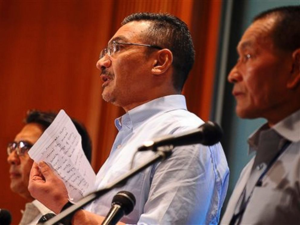 PHOTO: Malaysian Defense Minister Hishammuddin Hussein, center, shows a note from Chinese Ambassador to Malaysia Huang Huikang stating that they received a recent satellite image during a search for missing Malaysia Airlines flight MH370.