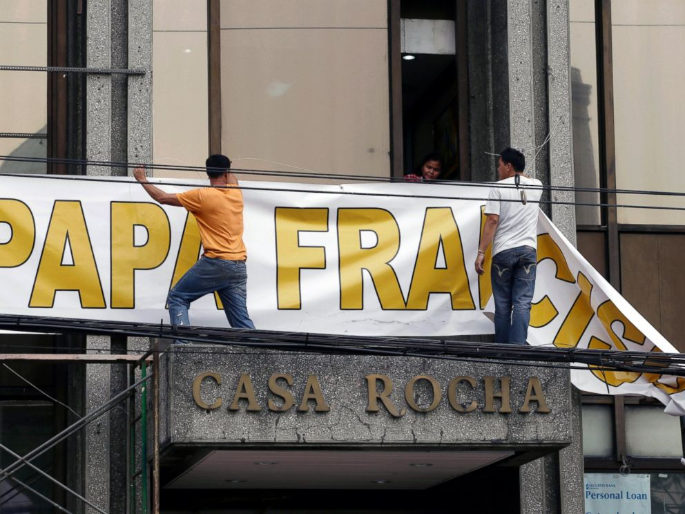 PHOTO: Workers prepare to install a tarpaulin poster welcoming Pope Francis, Jan. 14, 2015 in Manila, Philippines.