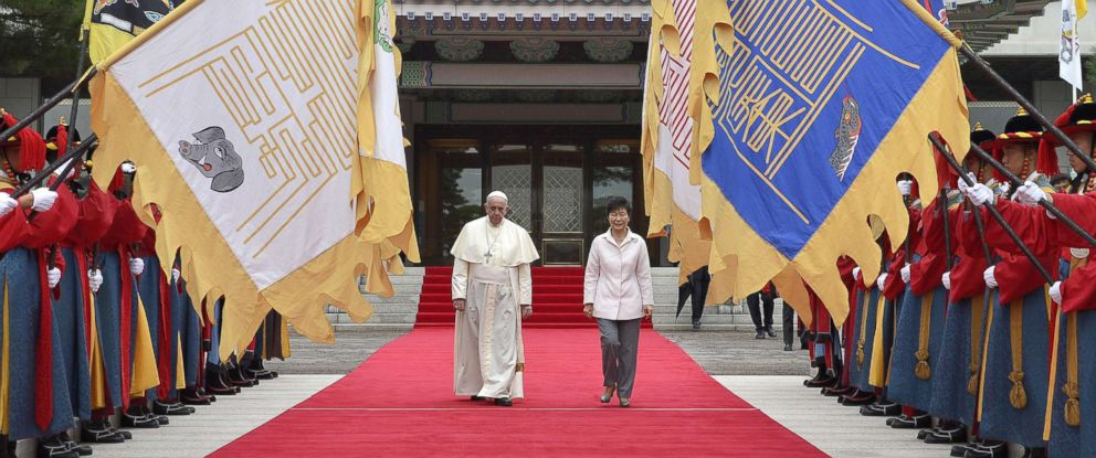 PHOTO: Pope Francis, left, and South Korean President Park Geun-hye inspect an honor guard during a welcome ceremony at the presidential house in Seoul, South Korea, Aug. 14, 2014.