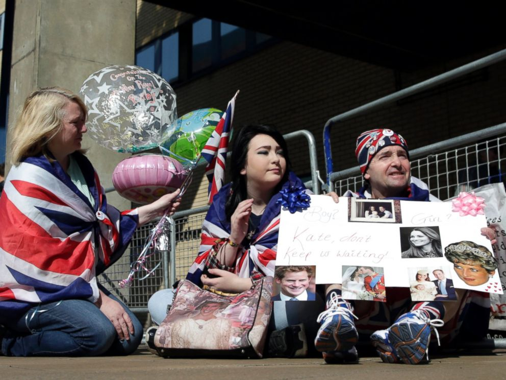 PHOTO: Royal fans Maria Scott, left Amy Thompson and John Loughrey wait outside the Lindo Wing at St Marys Hospital in London, April 20, 2015.