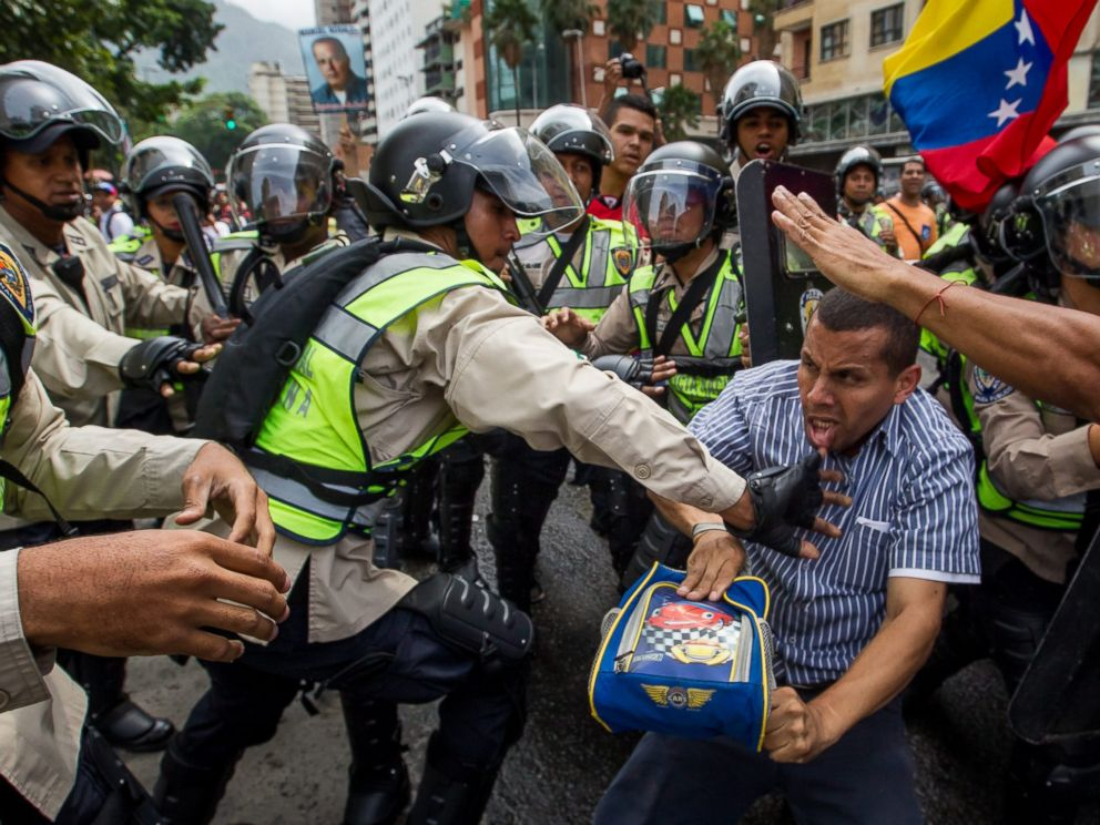 PHOTO: Demonstrators clash with police during a protest against Venezuelan President Nicolas Maduros Government in Caracas, Venezuela, May 18, 2016.