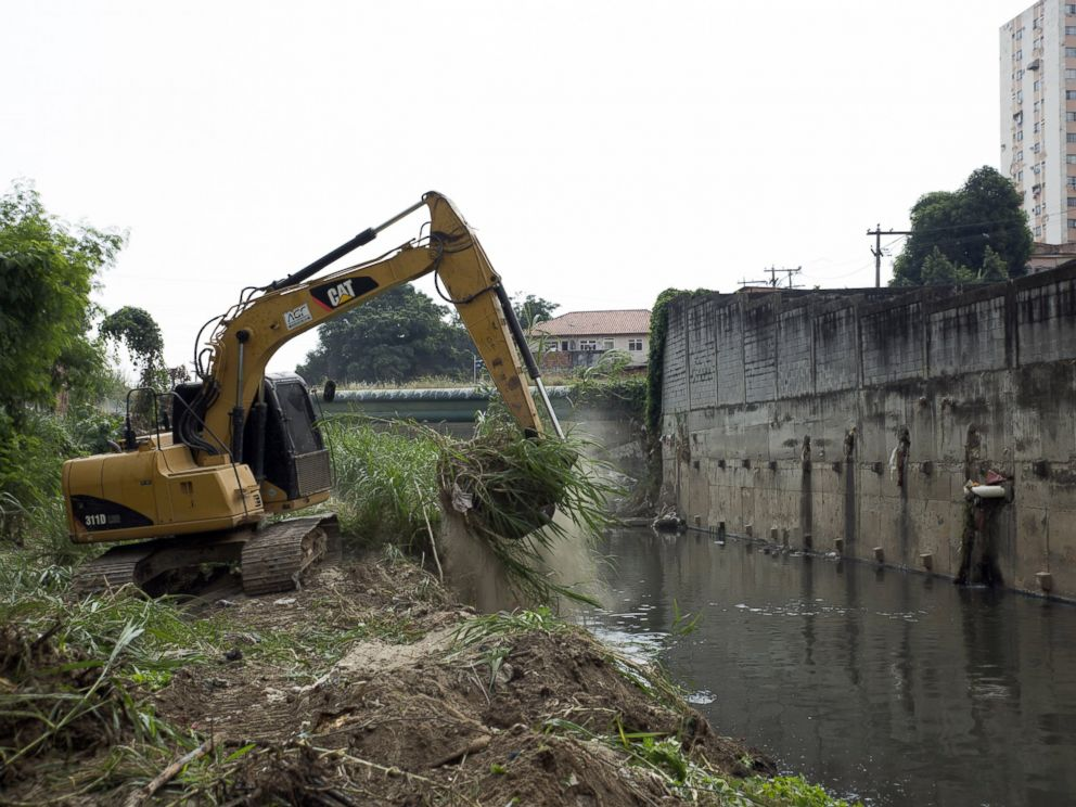 PHOTO: A backhoe removes dirt from a sewage-clogged canal that empties into the Guanabara Bay in Sao Goncalo, Brazil, April 11, 2016.