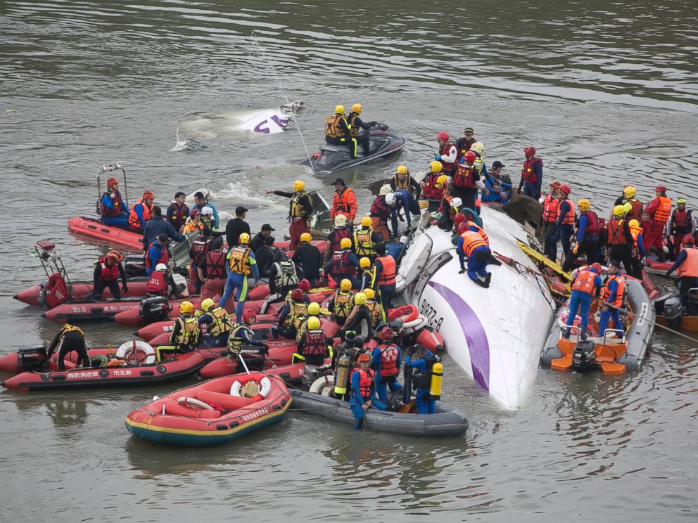 PHOTO: Rescue teams work to free people from a TransAsia Airways ATR 72-600 turboprop airplane that crashed into the Keelung River shortly after takeoff from Taipei Songshan Airport on Feb. 4, 2015 in Taipei, Taiwan.